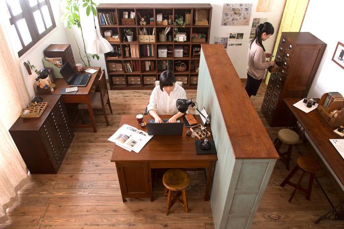 アンティーク家具でコーディネートした居心地のいいオシャレなオフィス