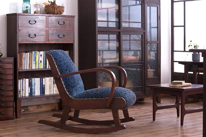 古家具に囲まれたシンプルで良質な一人暮らしの部屋