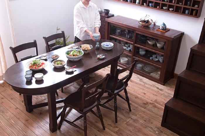 楕円形のダイニングテーブル 松本民芸 ワイコムチェア ガラス収納棚 和モダンダイニング