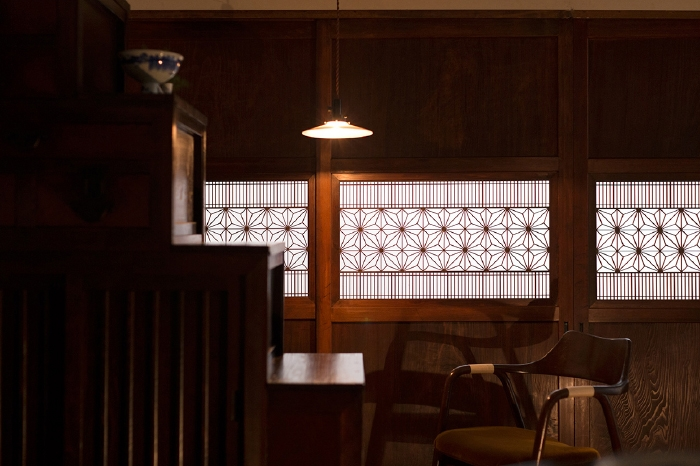 天井照明に照らされる帯戸