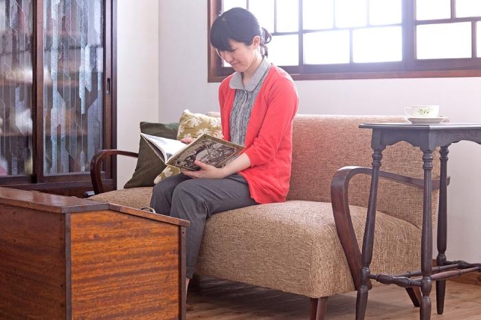 和製アンティーク家具の個性を活かした収納が楽しいレトロなリビング