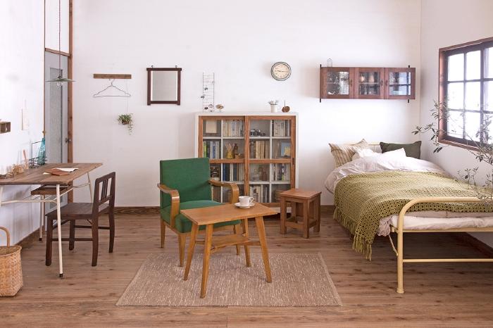 小振りなレトロ家具でスッキリ見せる一人暮らしのインテリア