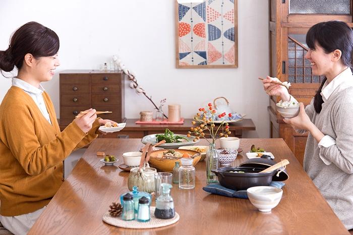 レトロでかわいらしいダイニング 食卓 伊万里 茶碗