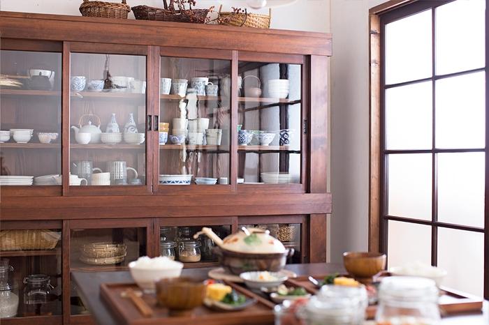 大型骨董戸棚が主役。和家具と器を楽しむ暮らし