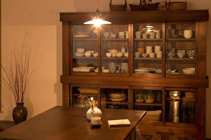 和モダンダイニング 大きな食器棚 ダイニングテーブル 照明