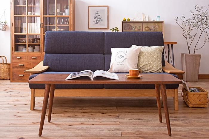 シンプルなアンティーク家具を織り交ぜた、ナチュラルなリビング書斎