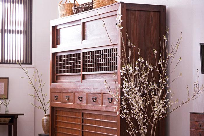 上品な水屋箪笥が主役。やさしい和家具で彩る、春待つダイニング