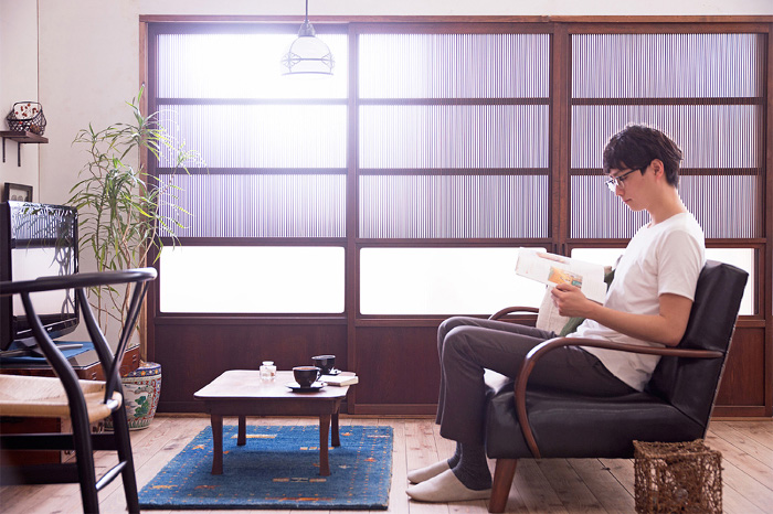 時代和家具と北欧ビンテージでシックな空間に。2人暮らしの上質なリビング