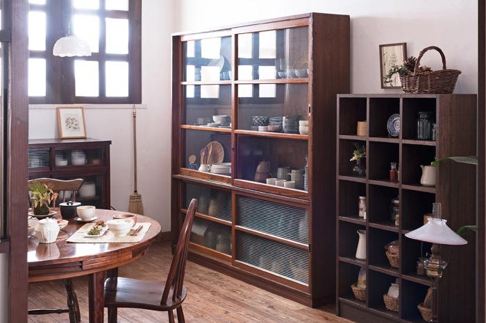 ガラス戸収納棚 飾り棚