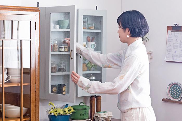 気泡ガラスの壁掛け戸棚