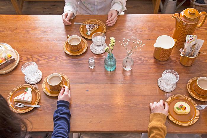 古い木のダイニングテーブル ティータイム