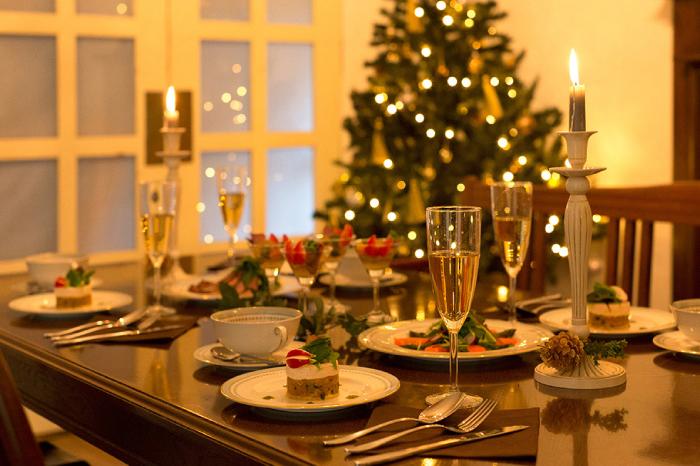 英国アンティークの気品漂う大人のクリスマスコーディネート