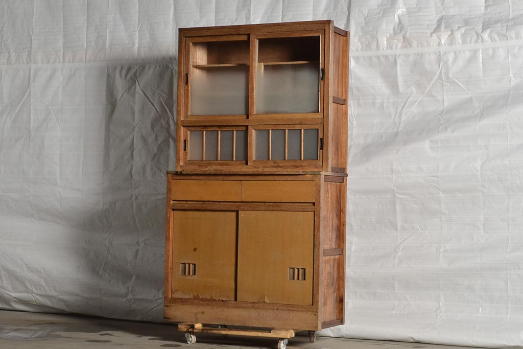大正時代のアンティーク収納家具から見た、モダンデザインの特徴