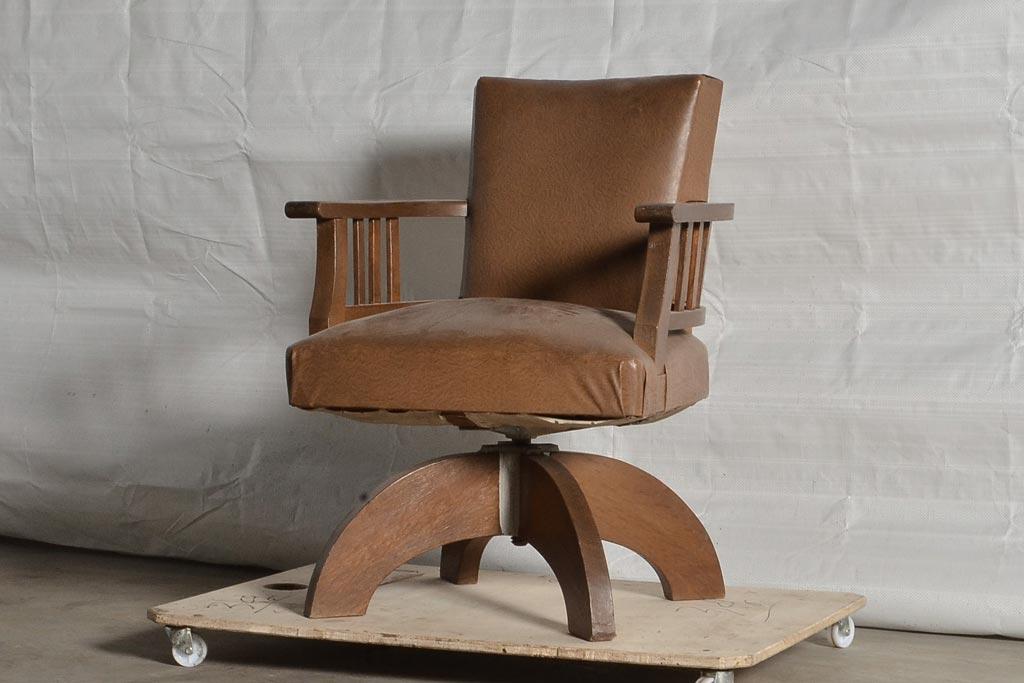 デスクワークに機能と温もりを。アンティークの木製回転椅子に注目!