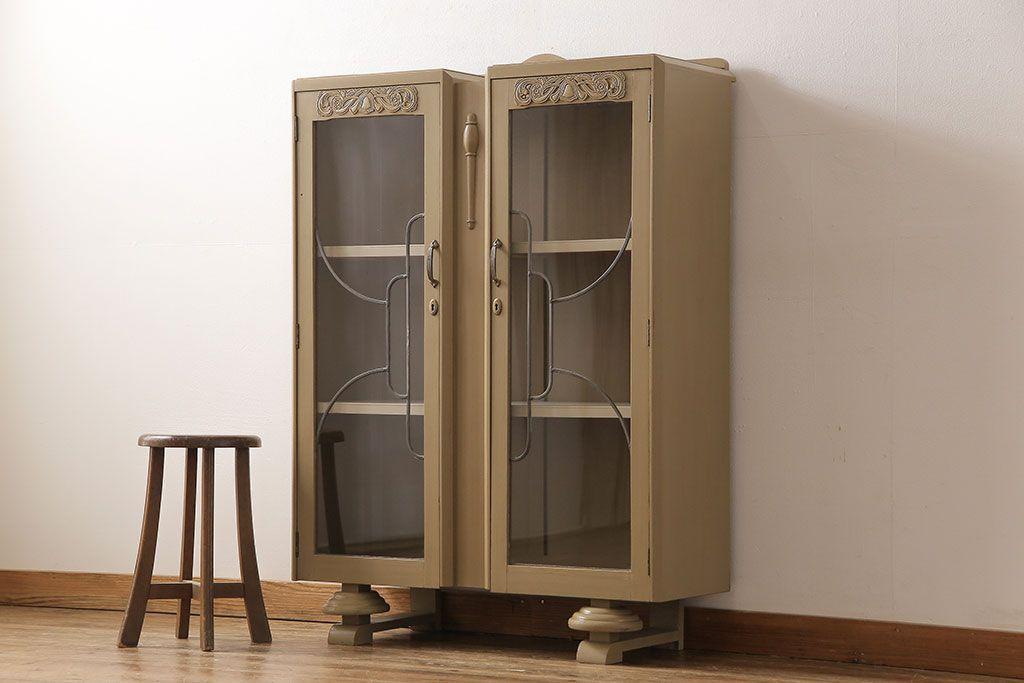ガラスが主役の収納家具。昭和レトロなガラスキャビネットの活用術
