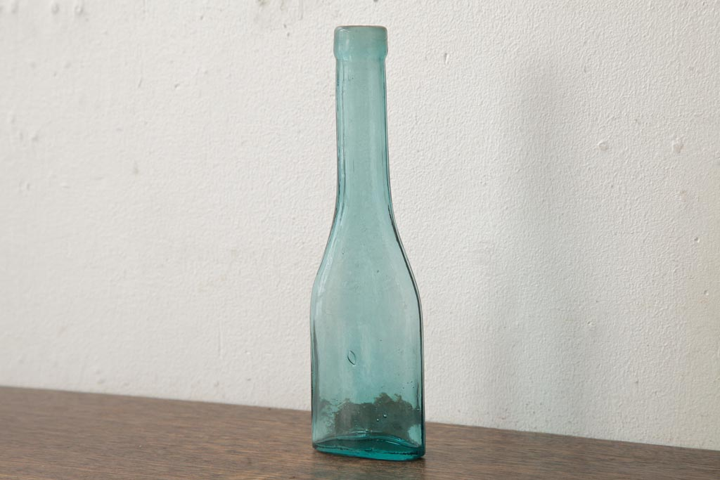 再生ガラスをフラワーベースに。アンティークガラス瓶の花器アレンジ