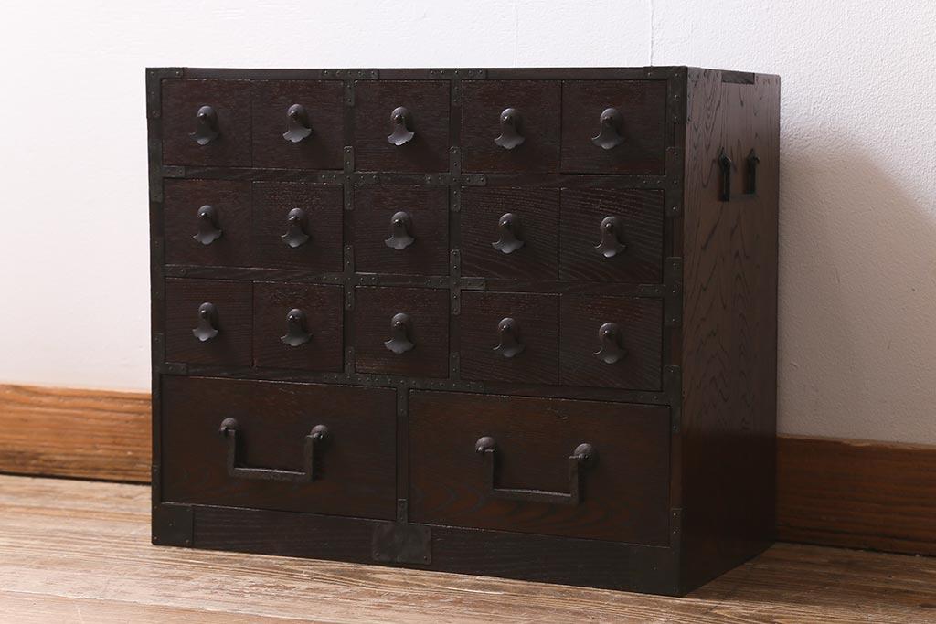 引き出しいっぱいの収納家具。アンティークの薬箪笥の魅力とは
