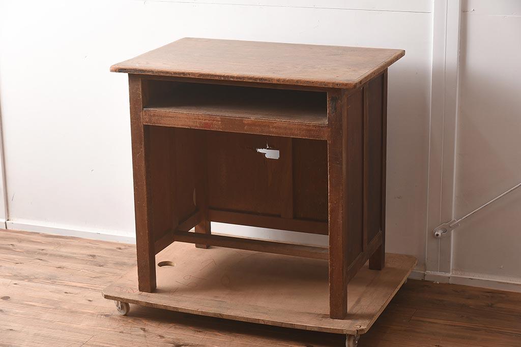 収納にも便利。アンティーク家具で叶えるアイランドキッチンカウンター