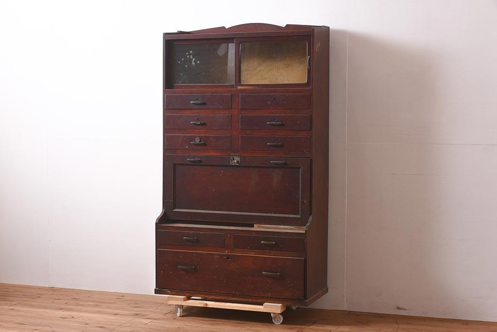 遊び心のある収納インテリア。古いレトロな木製ロッカーのあるお家