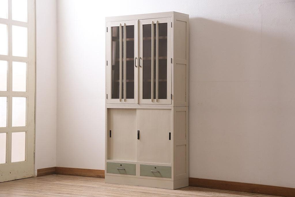 悩めるサイズ選び。2人暮らしに使いやすいアンティーク食器棚は?