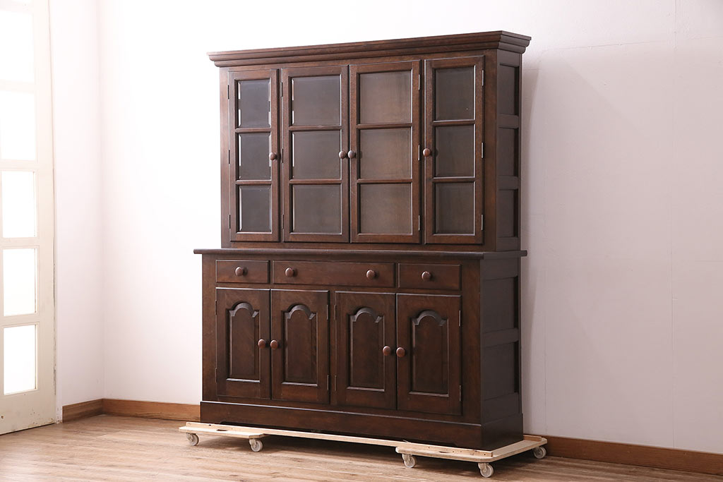 アンティーク食器棚でレトロな空間づくり。おすすめデザイン4選