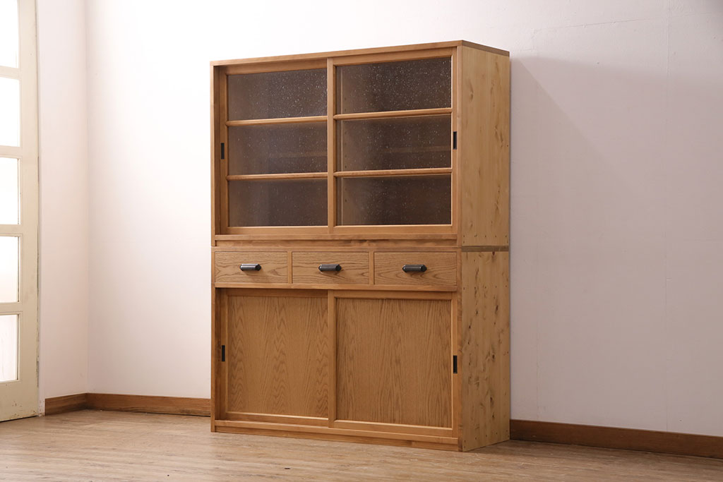 食器収納にディスプレイに。レトロガラス収納棚のコーディネート集
