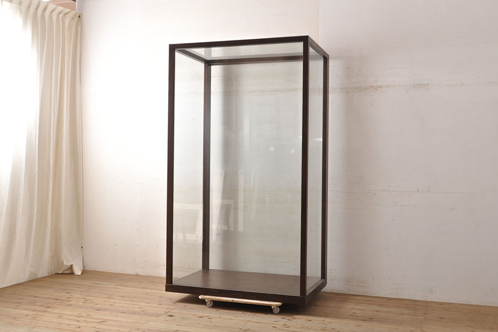 雑貨をお洒落にディスプレイ!アンティークガラスケースの形別収納法